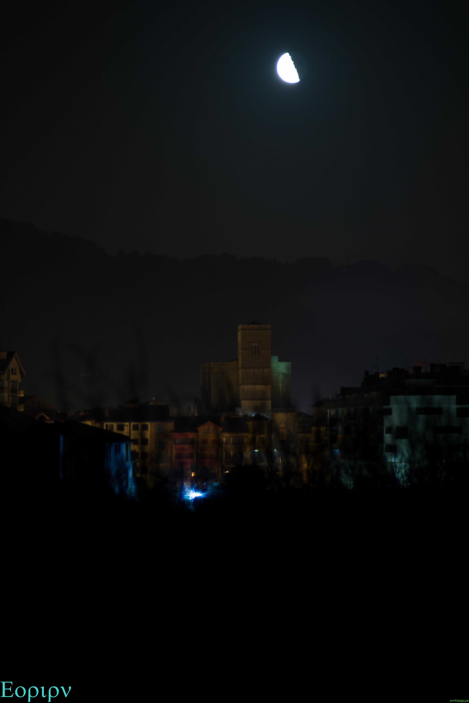 Parroquia de Zumaia con la luna